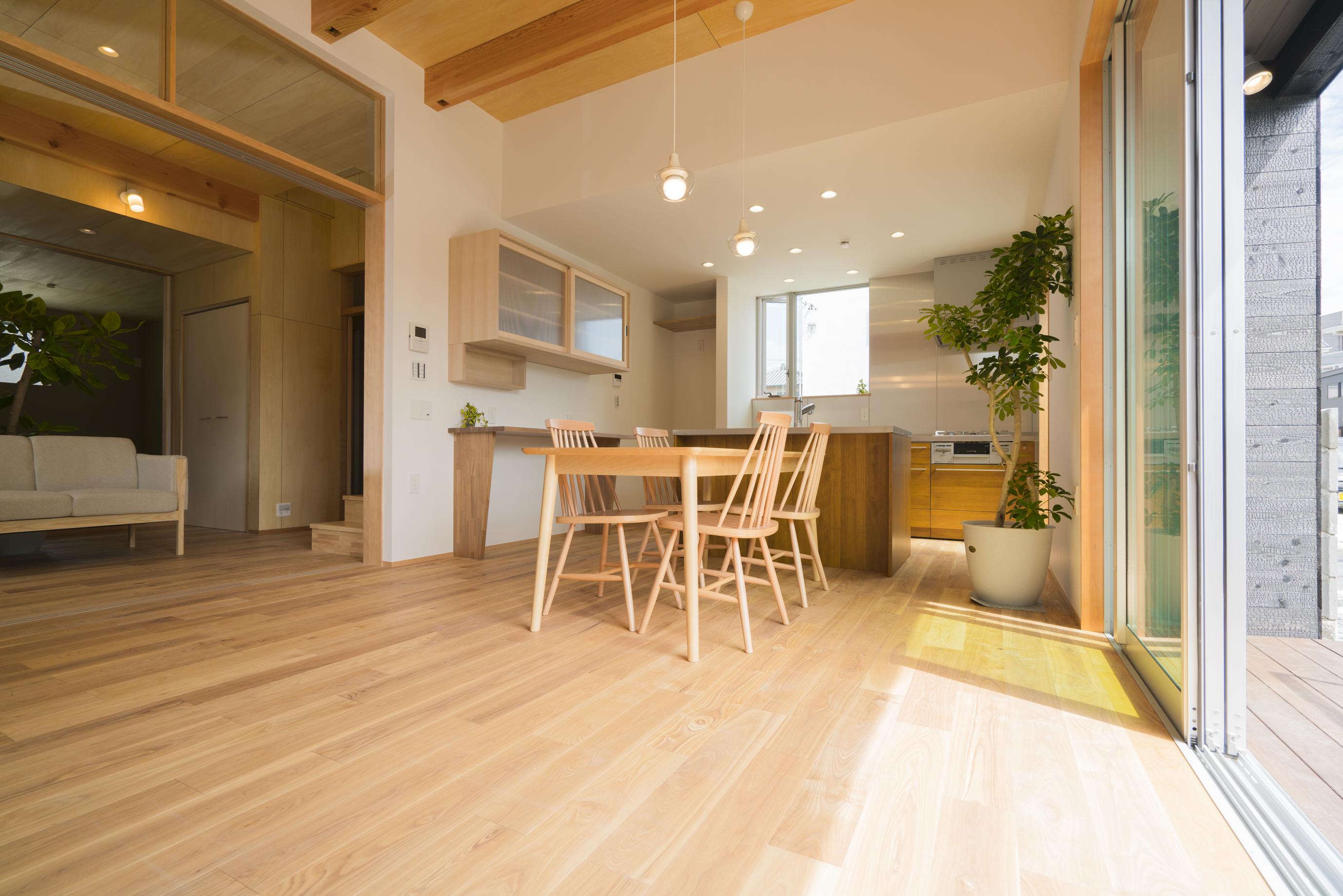 m+h(エムアンドエイチ)建築設計スタジオ【二世帯住宅、間取り、建築家】ダイニングの日当たりが良いのはもちろん、時間ごとに表情を変えるような設計に