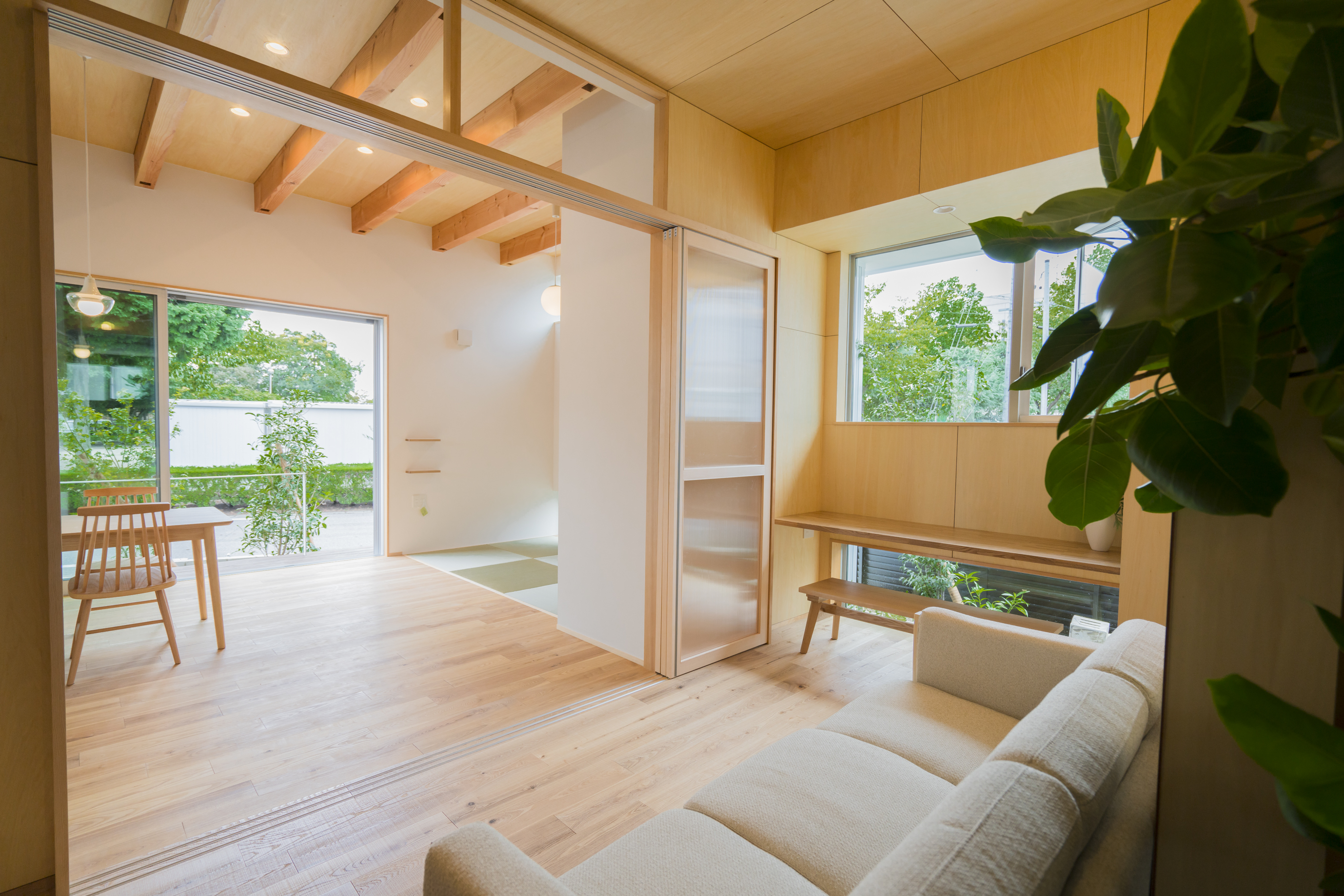 m+h(エムアンドエイチ)建築設計スタジオ【二世帯住宅、間取り、建築家】リビングにはワークスペースもあり、ダイニングの様子がいつでも分かる