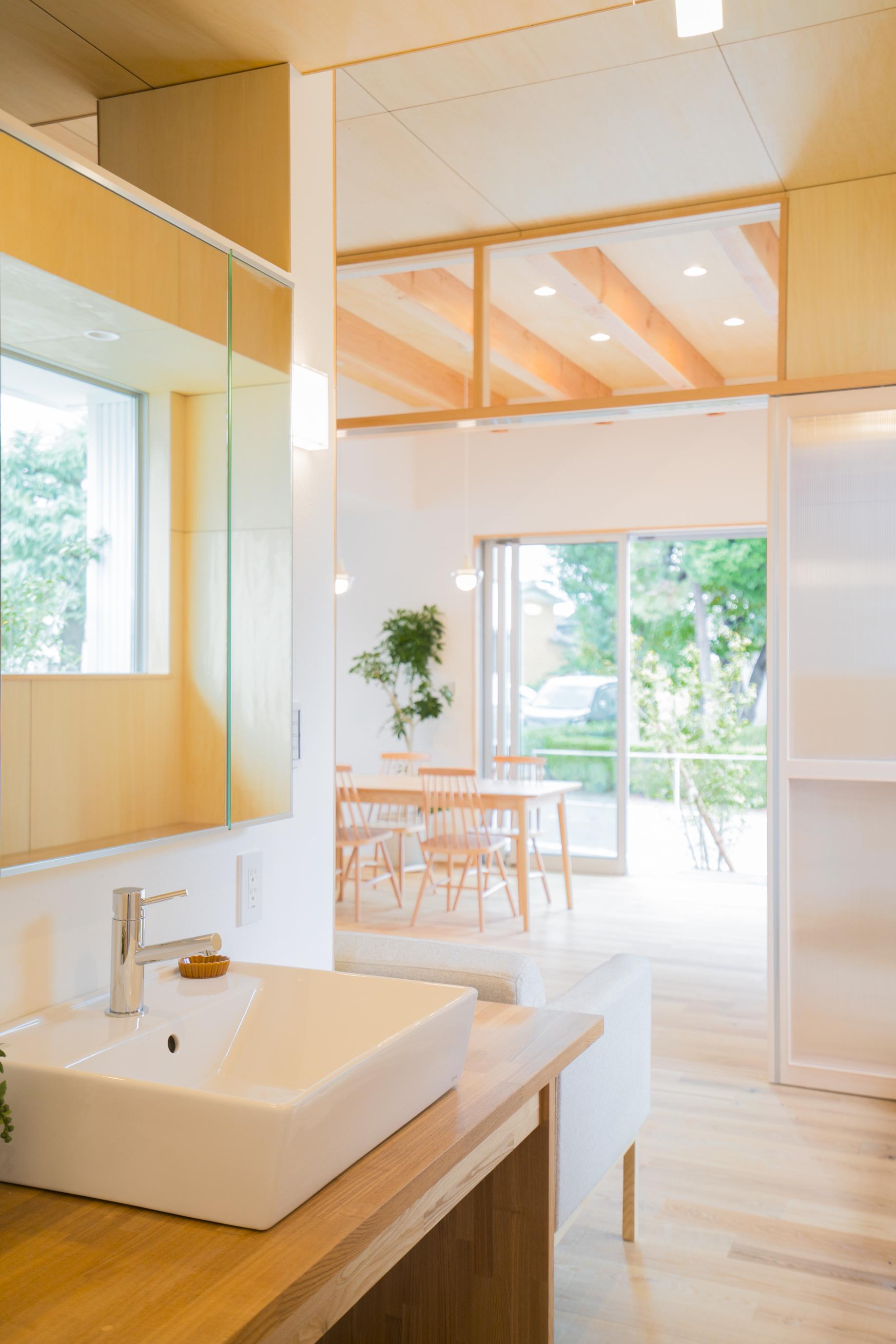 m+h(エムアンドエイチ)建築設計スタジオ【二世帯住宅、間取り、建築家】手洗いスペースからのダイニングまでの導線もバッチリ