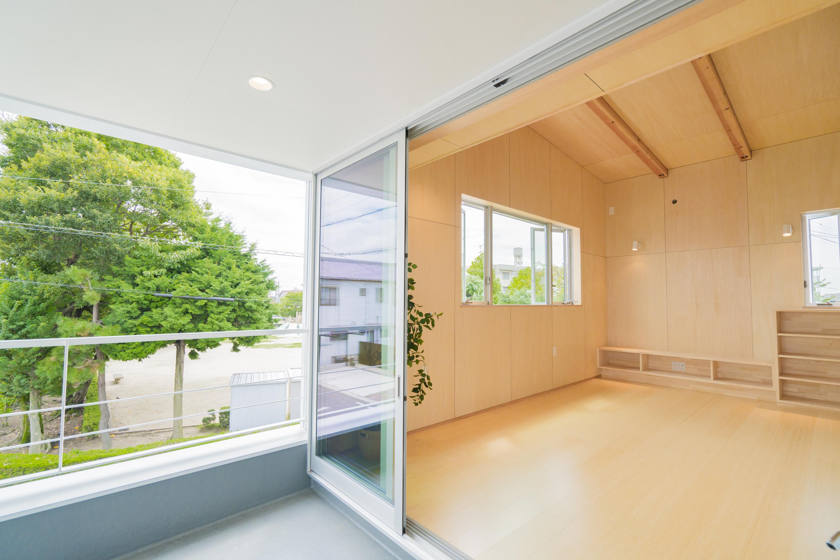 m+h(エムアンドエイチ)建築設計スタジオ【二世帯住宅、間取り、建築家】ベランダからは木々の新緑を感じられ、秋には紅葉を楽しめるように設計