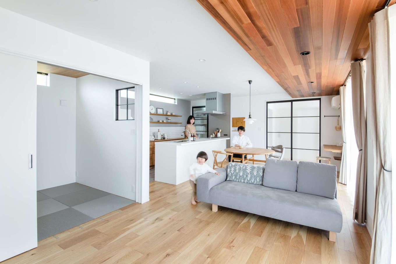 誠一建設 【デザイン住宅、省エネ、間取り】もともとは北欧風のインテリア空間を希望したという奥さま。LDKは、白と木目をベースに、アクセントクロスや和室コーナーの畳、キッチンのフロアタイルをグレーで統一。黒いアイアン×デザインガラスの引き戸や小窓をアクセントに用い、シンプルで洗練された空間が実現