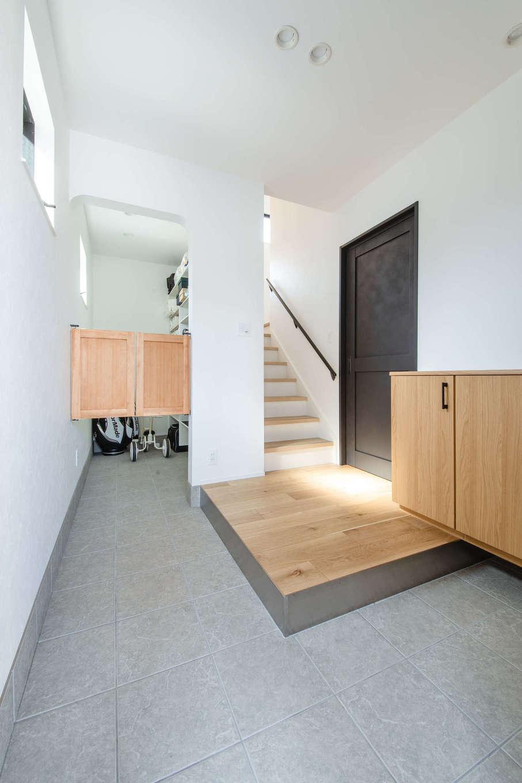 誠一建設 【デザイン住宅、省エネ、間取り】玄関は土間をL字型にして、下足スペースを広く確保。正面奥には玄関収納がたっぷり設けてあり、玄関周りをいつもきれいにしておける