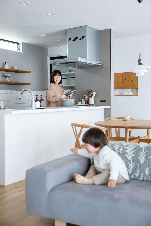 誠一建設 【デザイン住宅、省エネ、間取り】キッチンに立つと室内全体を見渡せるので、子どもの様子を見守りながら調理や片付けができる。キッチンのすぐ横にパントリーがあり、取り出しも便利