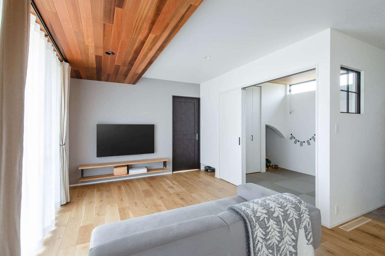 誠一建設 【デザイン住宅、省エネ、間取り】リビングにはレッドシダーの下がり天井を設け、上質感あふれる印象に。外のウッドデッキの軒天もレッドシダーに揃えたことで、室内と屋外の一体感が強調され、空間が外に広がる印象