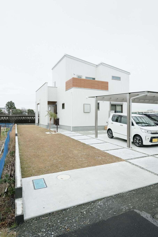ワイズホーム【デザイン住宅、自然素材、省エネ】玄関ポーチは庭へと抜けられる構造に。雨の日の出入りにも嬉しい