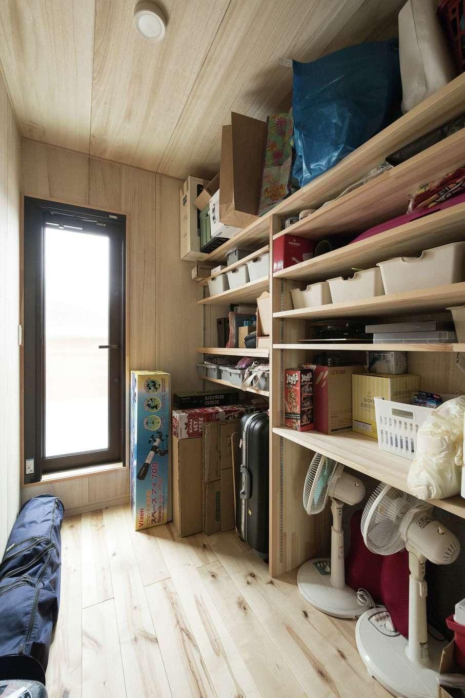 ワイズホーム【デザイン住宅、自然素材、省エネ】納戸の床、壁、天井は調湿や防虫効果のある桐材を使用