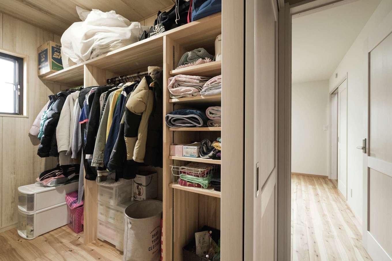 ワイズホーム【デザイン住宅、自然素材、省エネ】ウォークインクローゼットは夫婦の寝室からもホールからも出入りできる。家族の衣類を集約できるので、家事負担も軽減できる