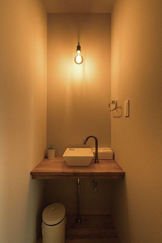 ワイズホーム【デザイン住宅、自然素材、省エネ】リビング脇にも小さな洗面を。小ぶりの洗面ボウルにセンスを感じる