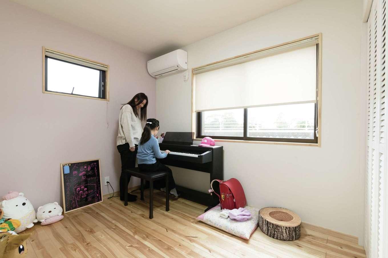 ワイズホーム【デザイン住宅、自然素材、省エネ】自然素材の優しい空気に満ちた子ども部屋。壁は一面だけ長女自ら選んだピンクに色を変えてアクセントに