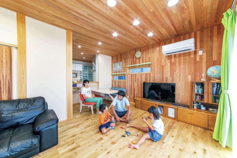 櫻 工務店【和風、自然素材、間取り】L字型に配置したLDKは、無垢材をふんだんに使った気持ちいい空間。床にナラ材、壁はスギの自然の色合いを生かしてニュアンスを出している
