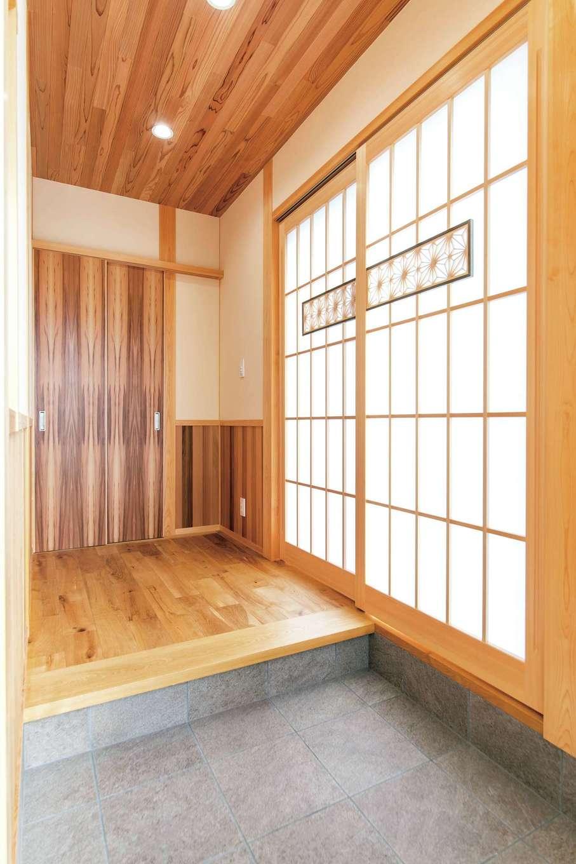 櫻 工務店【和風、自然素材、間取り】玄関ホールにはおしゃれな麻の葉模様の飾り障子で和の趣を。障子紙は樹脂製のため破れずにお手入れもラク
