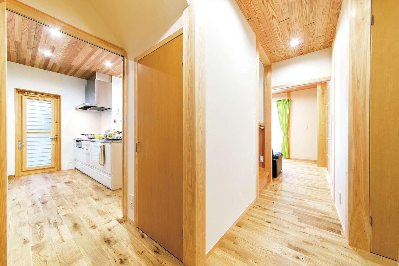 櫻 工務店【和風、自然素材、間取り】土間奥からは、風呂・洗面へと直接行くことができ、さらにキッチン、リビングへと回遊できるのが便利
