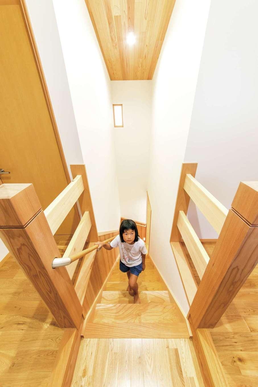 櫻 工務店【和風、自然素材、間取り】階段には賢くて丈夫なケヤキを使用。2階ホールからは、主寝室へ、子ども室へと動線が分かれている