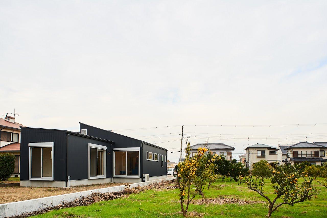 一級建築士事務所GO_AN (ゴアン)【デザイン住宅、建築家、平屋】濃紺の外観が周囲の緑にマッチするN邸。敷地の細長さにあわせてプランニングした