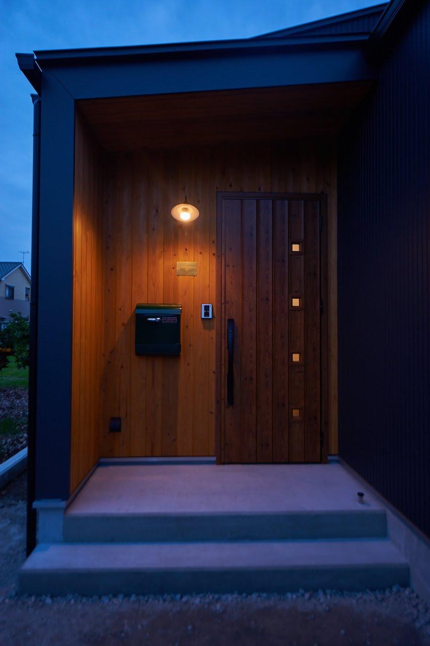 一級建築士事務所GO_AN (ゴアン)【デザイン住宅、建築家、平屋】玄関は扉に合わせて無垢の木を張り、落ち着いた雰囲気に仕上げた