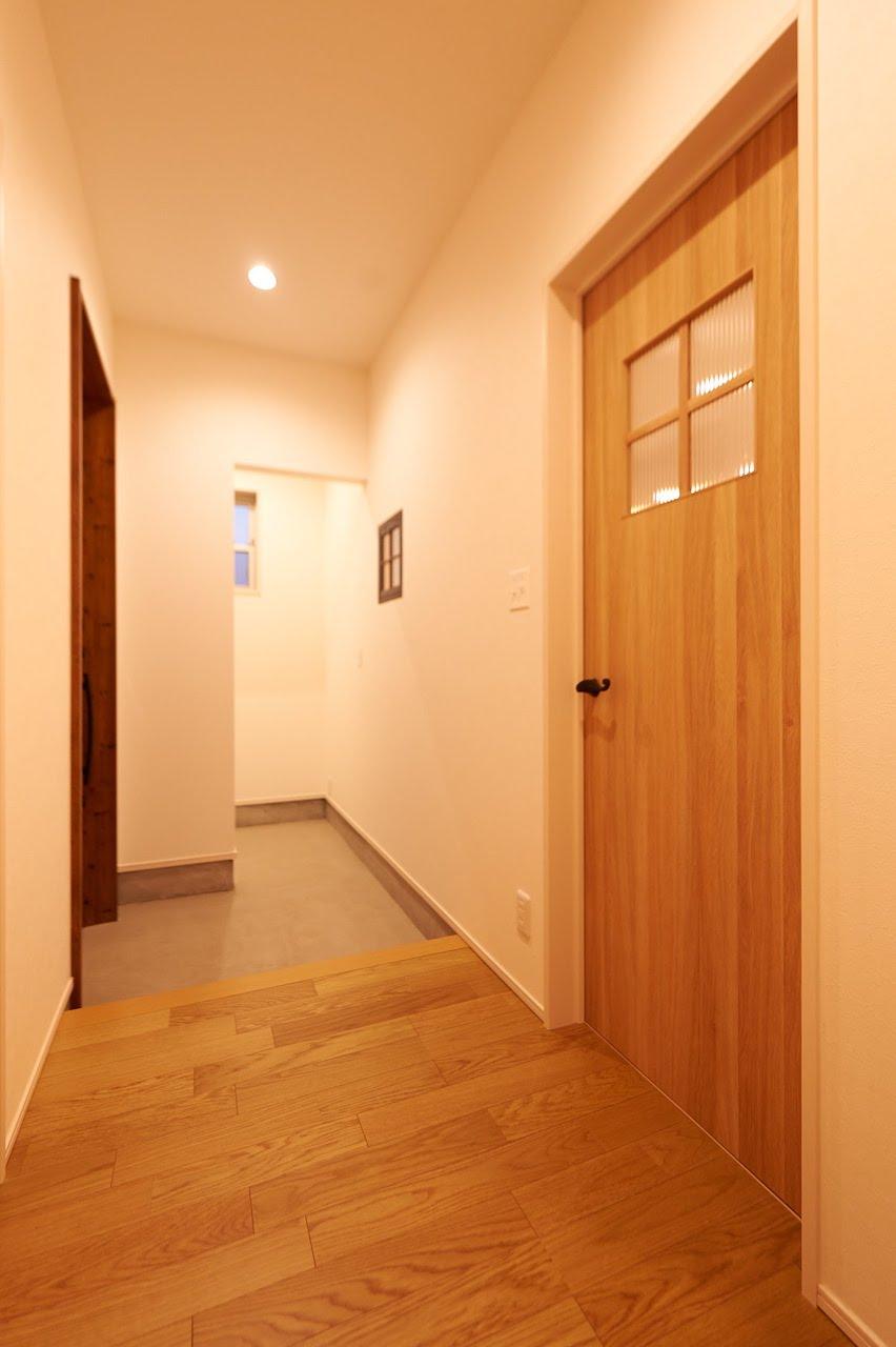 一級建築士事務所GO_AN (ゴアン)【デザイン住宅、建築家、平屋】玄関ホールは無垢のフローリング。シューズクロークは十分な広さを確保