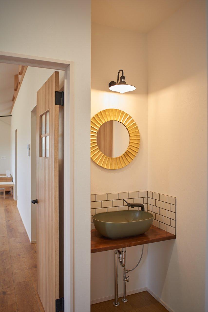 一級建築士事務所GO_AN (ゴアン)【デザイン住宅、建築家、平屋】玄関脇の手洗いには奥さまお気に入りの鏡をセット