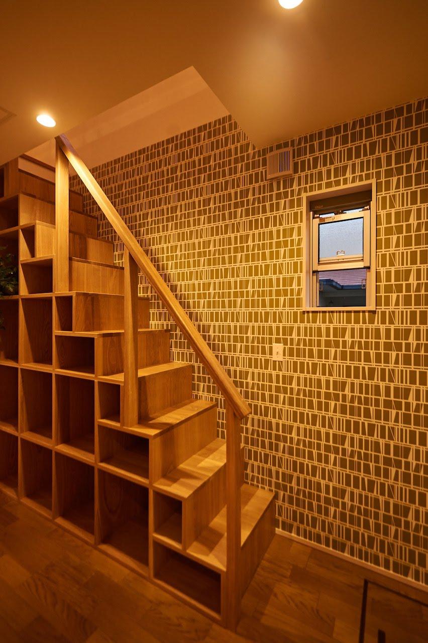 一級建築士事務所GO_AN (ゴアン)【デザイン住宅、建築家、平屋】ロフトに上がる階段は、ご主人の希望で収納もできるよう造作した