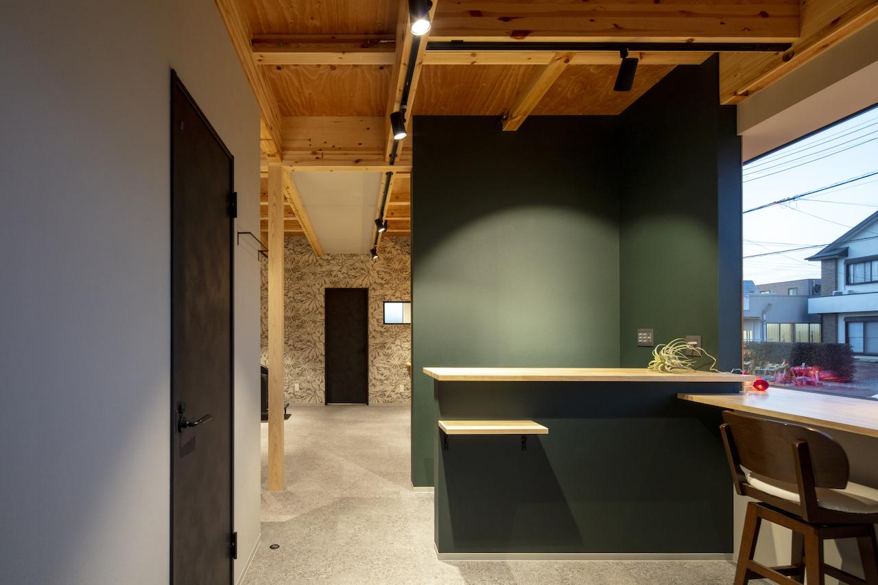 一級建築士事務所GO_AN (ゴアン)【デザイン住宅、間取り、建築家】受付背面の壁は黒板になっており、メニューやお知らせを記載