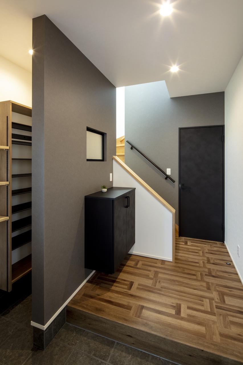 一級建築士事務所GO_AN (ゴアン)【デザイン住宅、間取り、建築家】住居部分の玄関はグレーを基調に落ち着いた色味でコーディネート