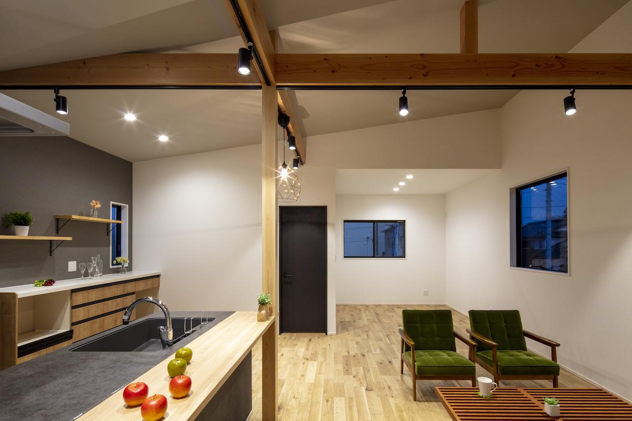 一級建築士事務所GO_AN (ゴアン)【デザイン住宅、間取り、建築家】屋根は傾斜天井で広がりを。キッチンはLIXILのセラミックトップにナラのフローリング