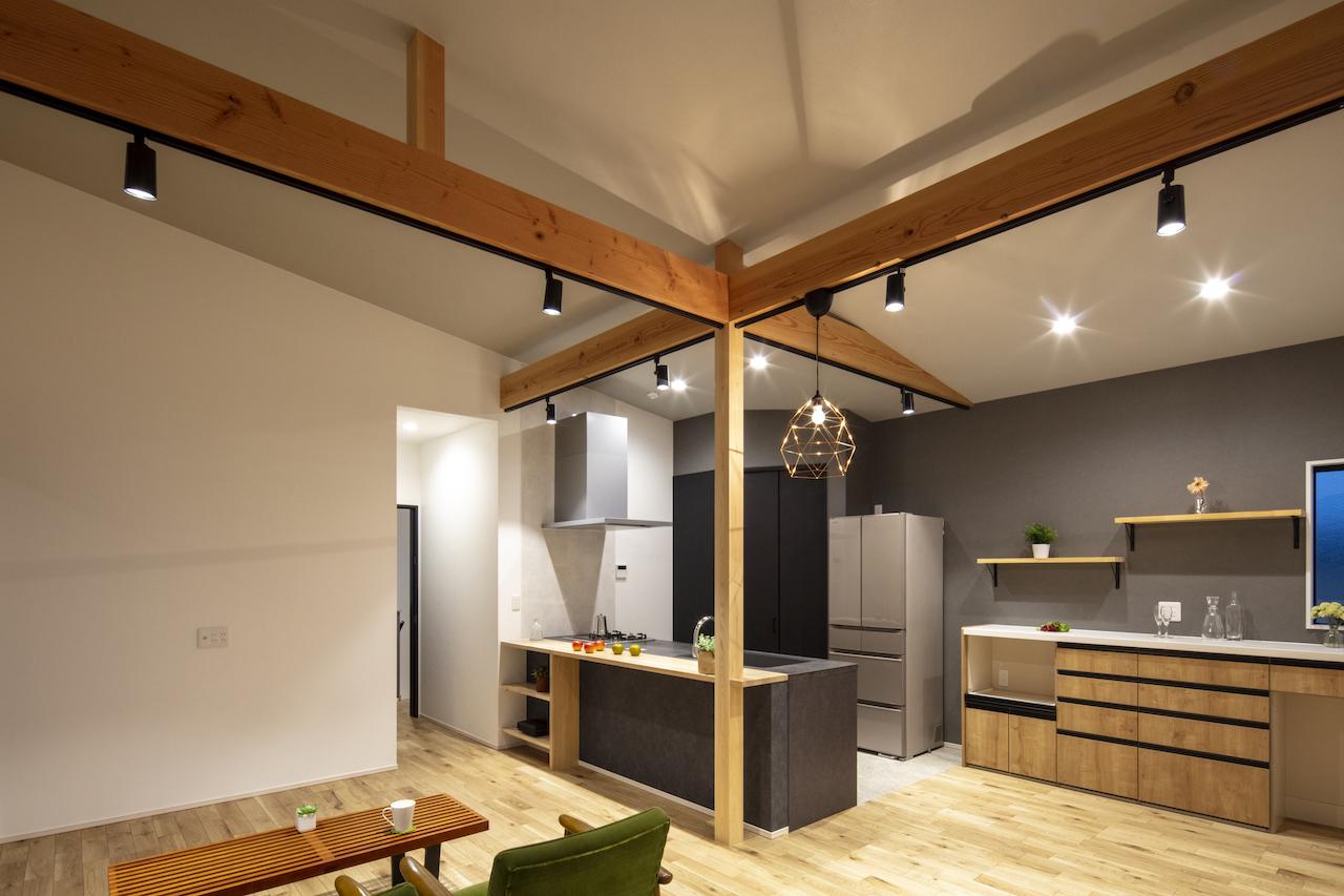 一級建築士事務所GO_AN (ゴアン)【デザイン住宅、間取り、建築家】リビングは大人っぽくシックなイメージで。色数を少なくし、濃淡をつけてまとめた。台所の奥はパントリー