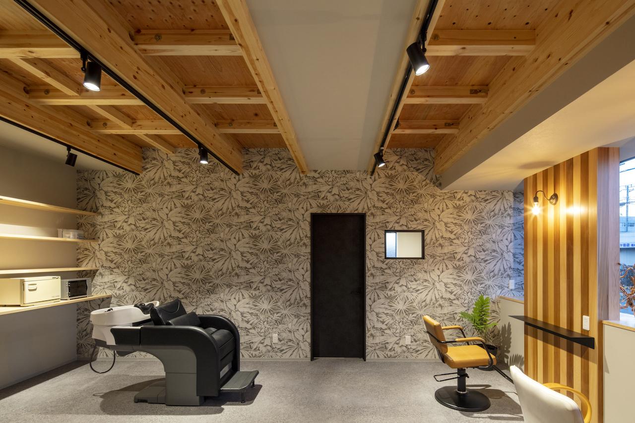 一級建築士事務所GO_AN (ゴアン)【デザイン住宅、間取り、建築家】レッドシダーを随所にあしらい、壁にはクロスでアクセントを。座席数は少なくゆったりと過ごせる