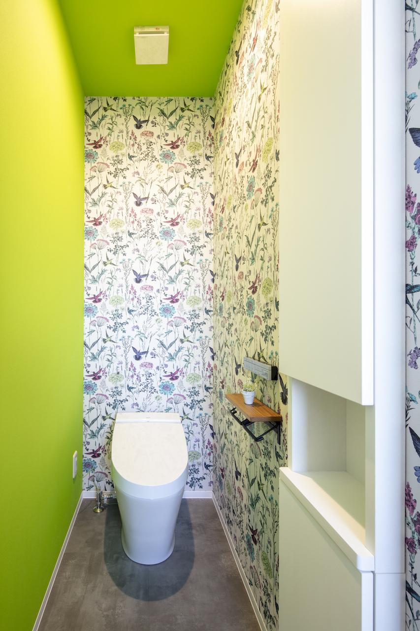 一級建築士事務所GO_AN (ゴアン)【デザイン住宅、間取り、建築家】トイレは壁紙を明るくしたことで華やかな雰囲気に