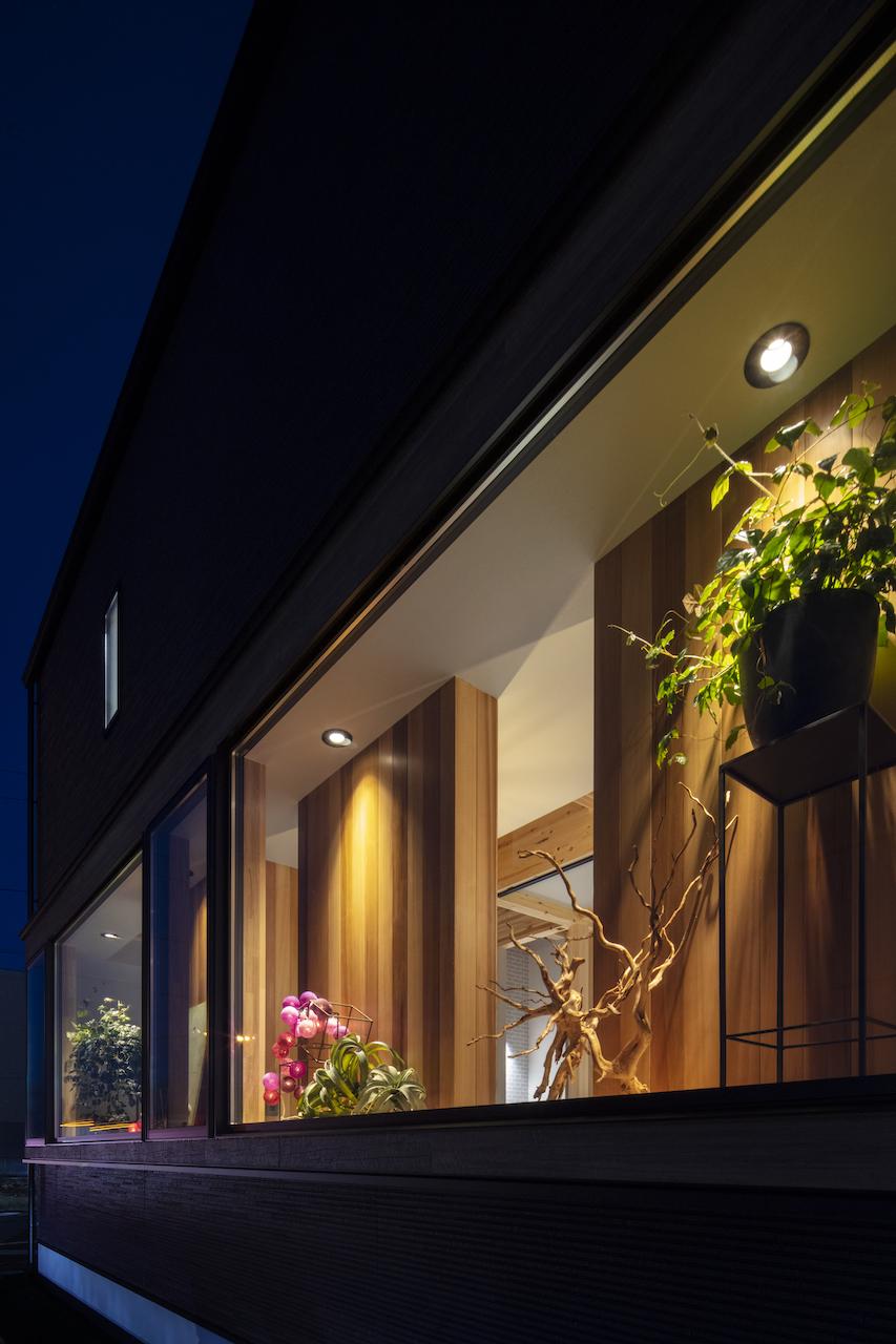 一級建築士事務所GO_AN (ゴアン)【デザイン住宅、間取り、建築家】大通りに面した店舗外観は、店内の雰囲気を伺えつつも施術中のお客さんにも配慮した出窓に