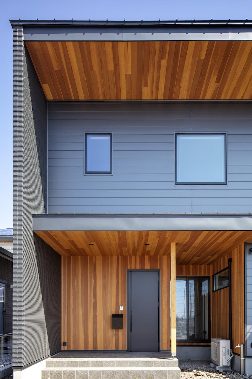 一級建築士事務所GO_AN (ゴアン)【デザイン住宅、間取り、建築家】下見板張り調のガルバリウムが特徴的な外観。軒天にはアクセントでレッドウッドを張った。道路から見えない側はサイディングで仕上げ、コストカットに貢献