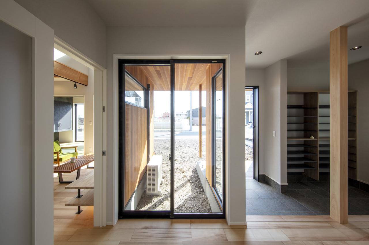 一級建築士事務所GO_AN (ゴアン)【デザイン住宅、間取り、建築家】広めにとった玄関には、光と彩りを添える坪庭を設けた。視線が抜けるので空間を広く見せる効果も。これからHさんがシンボルツリーを植えるそう。脇には手洗い用の洗面も設置