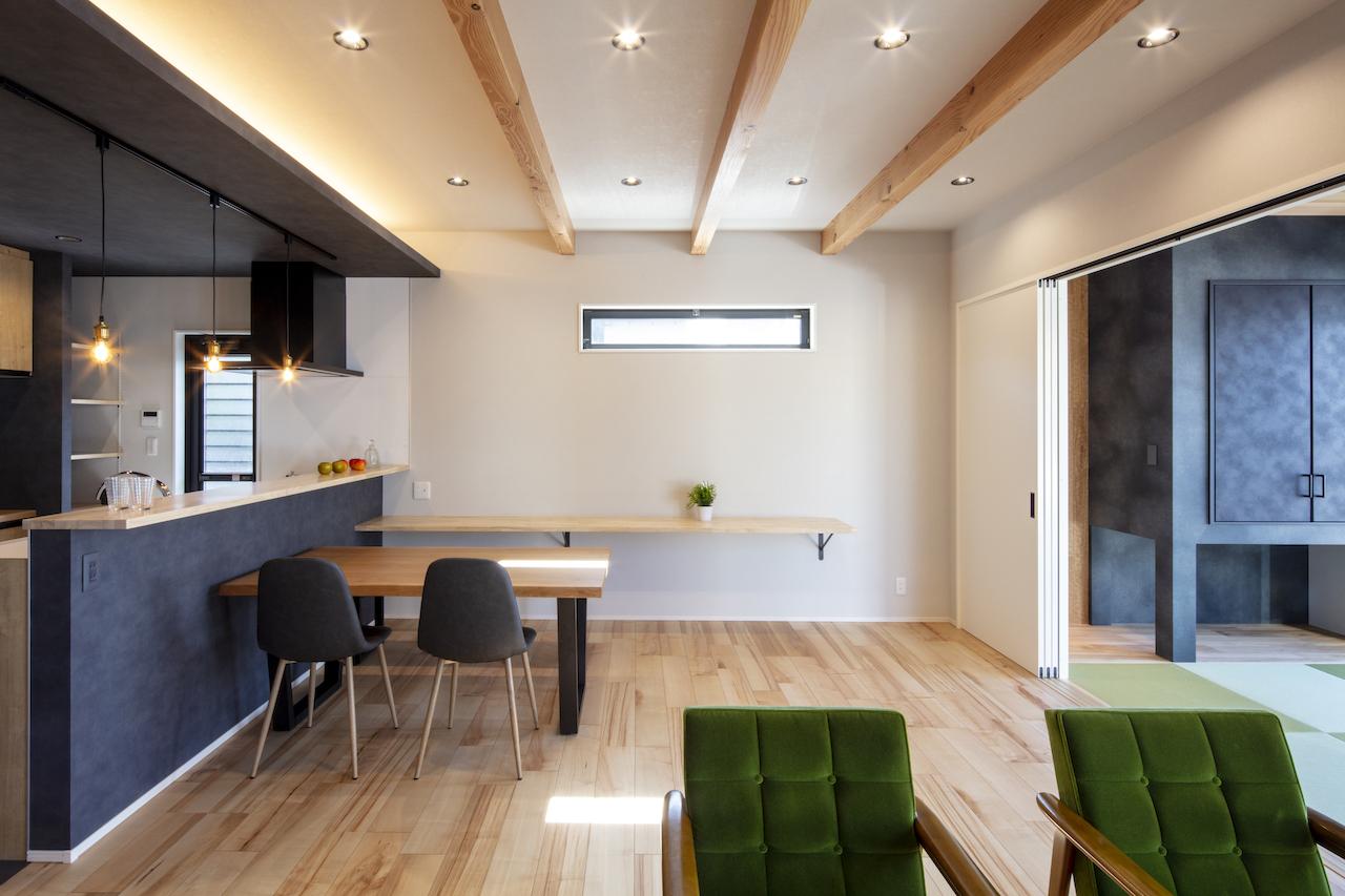 一級建築士事務所GO_AN (ゴアン)【デザイン住宅、間取り、建築家】和室の収納は吊り戸棚にして子どもの遊び道具を収納できるようにした。カウンターは造作でしつらえた