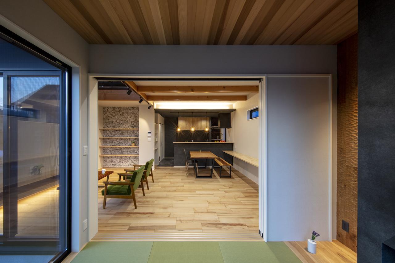 一級建築士事務所GO_AN (ゴアン)【デザイン住宅、間取り、建築家】5.5畳の和室は、今はまだ家族の寝室として活用中。みんなで川の字になって寝るのが気持ちいいそう。床の間の壁はスプーンカット、左手はウッドデッキにつながる