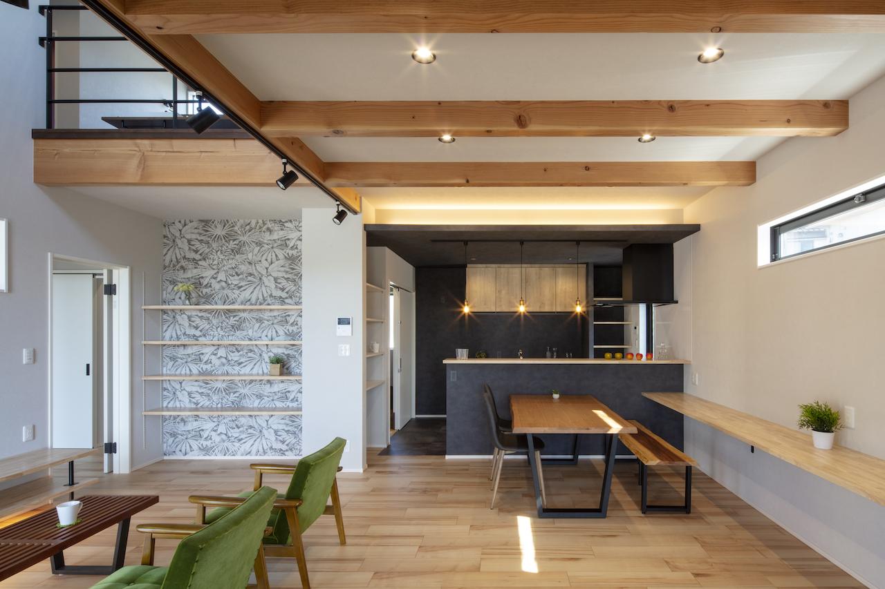 一級建築士事務所GO_AN (ゴアン)【デザイン住宅、間取り、建築家】キッチンはブラックトーンで統一し、明るめのLDKが引き締まる。キッチン奥の左手からはバスまで一直線の家事動線があり、手前は玄関側へと通じている