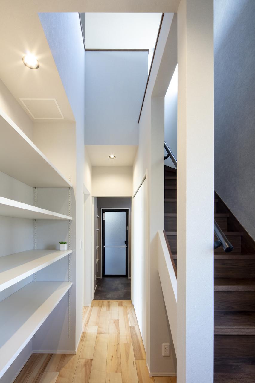 一級建築士事務所GO_AN (ゴアン)【デザイン住宅、間取り、建築家】キッチンから脱衣スペース、バスまで一直線の動線。表と裏、2つの動線をプランニングしたおかげで来客時でも気兼ねなく水まわりを使用できる