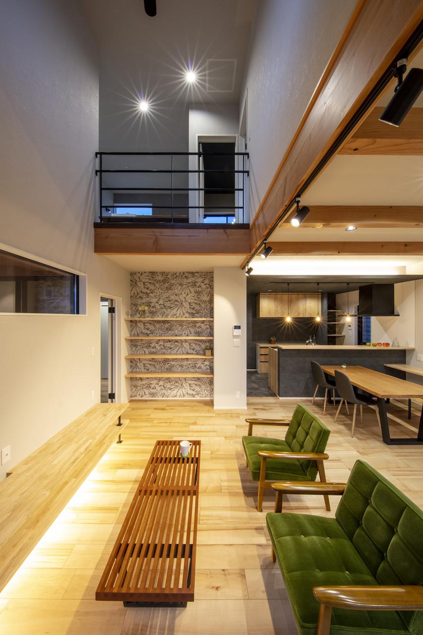 一級建築士事務所GO_AN (ゴアン)【デザイン住宅、間取り、建築家】22畳のLDKに設けられた開放感のある吹き抜けは、家中に光と風を運んでくれる。当初はダークトーンのフローリングを希望していたが、近藤さんのアドバイスもあり明るい色のフローリングを採用した。ホコリが目立ちにくく、家全体が広く見える効果も