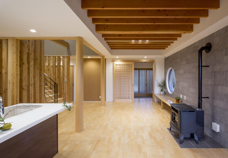 同社が採用している「蓄熱式床工法SRC基礎」の住宅。一般的なベタ基礎よりも制震性能があり、地熱利用もできるので光熱費の削減につながる。また1階は全室床暖房になるのでヒートショックの心配もなし。ペレットストーブも設置しているので、広いLDKでも寒さを感じずに快適である