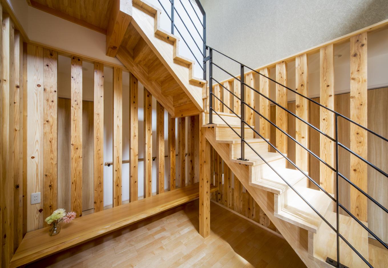 杉柱に囲まれた階段下の空間。銘木無垢カウンターを設置した書斎となっている