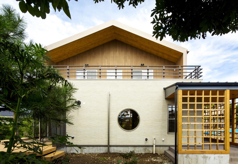 2階には木調外壁と杉羽目板軒天に囲まれた、落ち着きのある約22畳の広いバルコニーを設置。夜空を眺めたり、BBQをしたり、キャッチボールをしたりと、多くの用途に使用できる