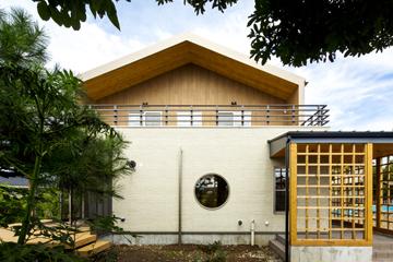 一級建築士事務所GO_AN (ゴアン)【デザイン住宅、和風、建築家】2階には木調外壁と杉羽目板軒天に囲まれた、落ち着きのある約22畳の広いバルコニーを設置。夜空を眺めたり、BBQをしたり、キャッチボールをしたりと、多くの用途に使用できる