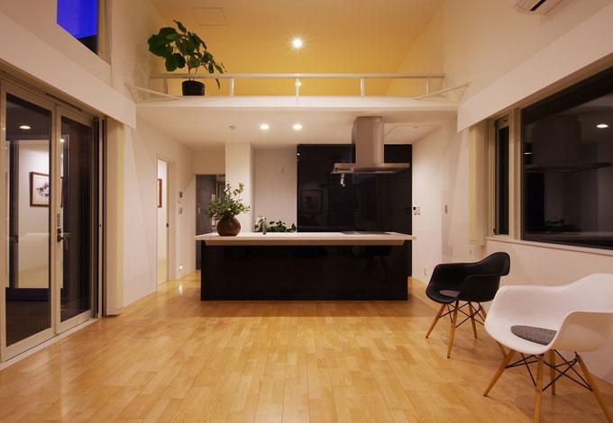 一級建築士事務所GO_AN (ゴアン)【1000万円台、デザイン住宅、ペット】玄関ホール側から見たLDK。17.7坪しかない住宅だが、ロフトと一体となった大空間をつくることによって広さを演出。アイランドキッチンにすることで人も愛犬も動きやすい回遊性のある動線となっている