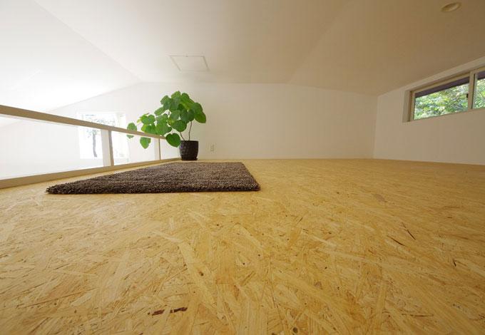 一級建築士事務所GO_AN (ゴアン)【1000万円台、デザイン住宅、ペット】1階LDKとつながる約9帖の大きなロフト。半分は客人の寝床スペース。残り半分は収納スペースとして使用予定。床材はローコストとするためOSB合板張のままとしたが、これはこれで味がある