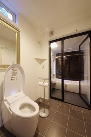 一級建築士事務所GO_AN (ゴアン)【1000万円台、デザイン住宅、ペット】一人暮らしということでバス・トイレ・洗面所を一体の空間として設計。全面ガラスのバス扉のおかげで広く明るい空間になった。ハイサイドガラスから入り込む森からの光も心地よい