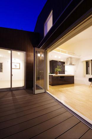 一級建築士事務所GO_AN (ゴアン)【1000万円台、デザイン住宅、ペット】LDKと寝室をL型に配置し、それぞれをつなぐようにウッドデッキを取り付けることで、内部空間と外部空間を回遊できる動線を設計。LDKと一体となったデッキ空間が気持ちいい