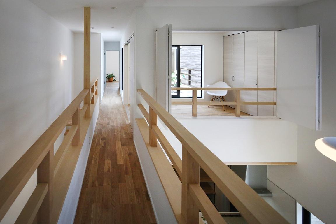 子どもエリアと大人エリアをつなぐ渡り廊下。子ども部屋の折戸を開けると1階LDKとつながる