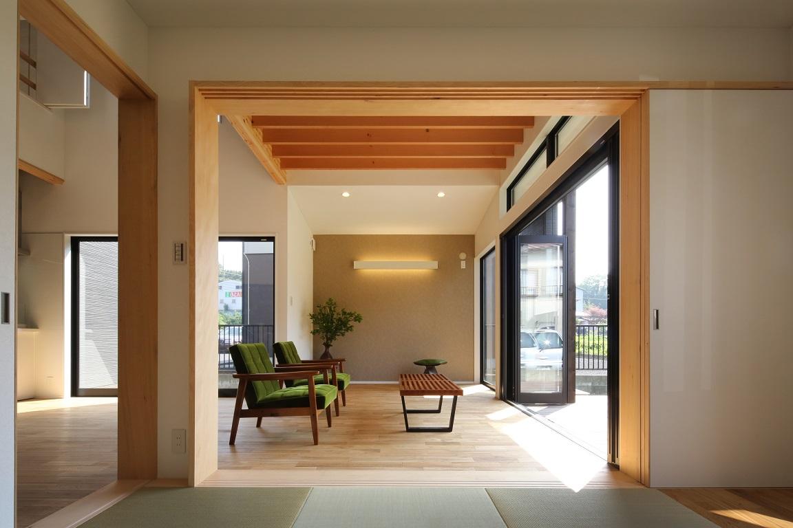和室から見たLDK。広い芝生庭と4つの光庭のおかげで、様々な角度から光と風がLDKに入り込む