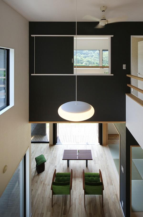 子ども部屋から見たLDK上部の吹抜け空間。正面の引戸を開けることで親エリアの寝室とつながり、さらに南側の山林をも眺めることができる