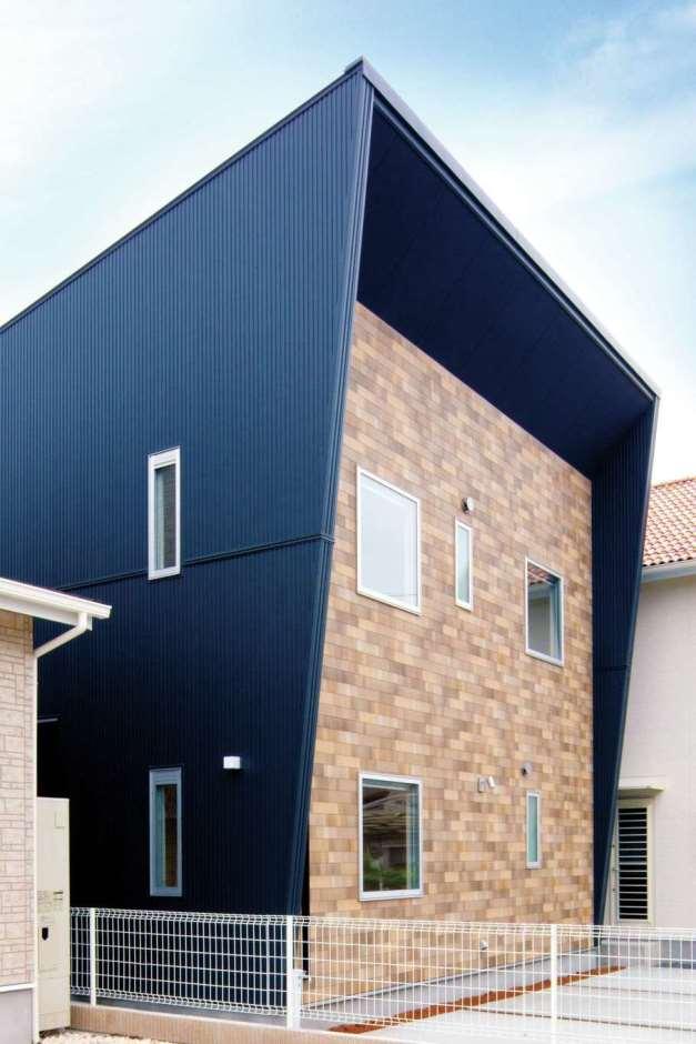 一級建築士事務所GO_AN (ゴアン)【デザイン住宅、建築家、自然素材】ガルバリウム鋼板とウッドシェイクを使用したスタイリッシュな外観