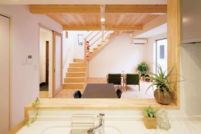 一級建築士事務所GO_AN (ゴアン)【デザイン住宅、建築家、自然素材】キッチンは玄関から一直線で家事動線も抜群。吹き抜けからこぼれる光がリビングを明るく照らし家事もはかどる