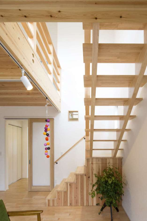 一級建築士事務所GO_AN (ゴアン)【デザイン住宅、建築家、自然素材】造作したリビング階段はストリップ階段になっており、光と風を1階にとどける。